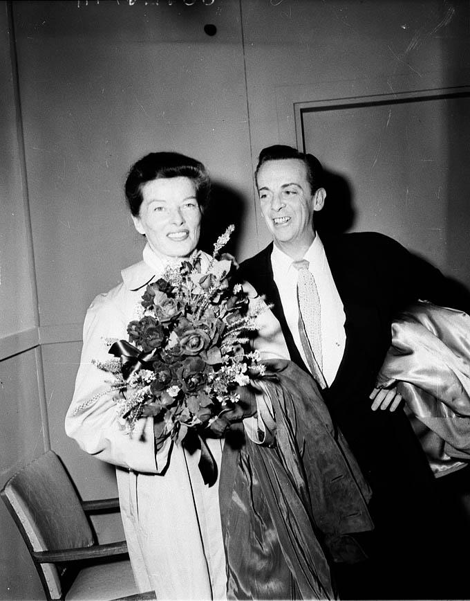 Katharine_Hepburn_and_Robert_Helpmann,_Kingsford_Smith_Airport,_Sydney,_1955