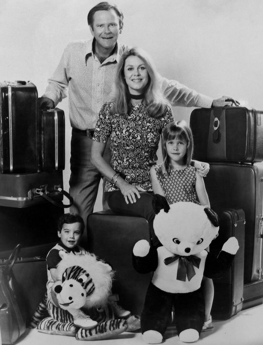 dick-sargent-darrin-elizabeth-montgomery-samantha-erin-murphy-tabitha-david-lawrence-adam-cast-of-bewitched-december-1971