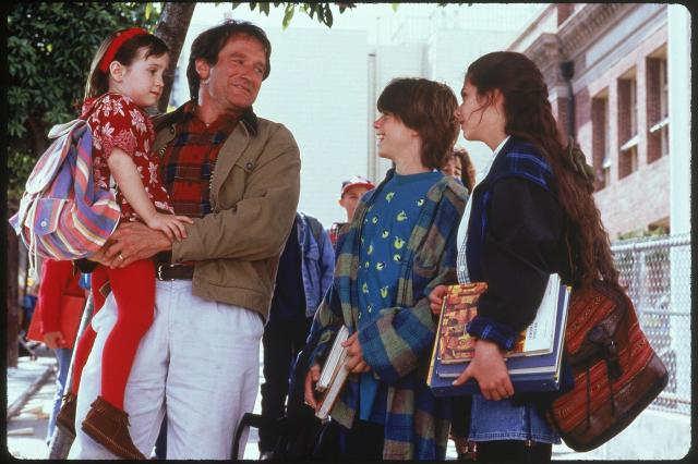 still-of-robin-williams,-lisa-jakub,-matthew-lawrence-and-mara-wilson-in-mrs.-doubtfire-(1993)